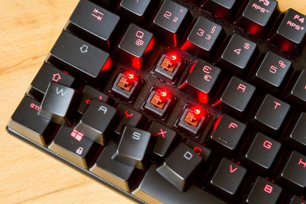Rote LED Hintergrundbeleuchtung der Tasten wirken im Dunklen wie ein Korona-Effekt